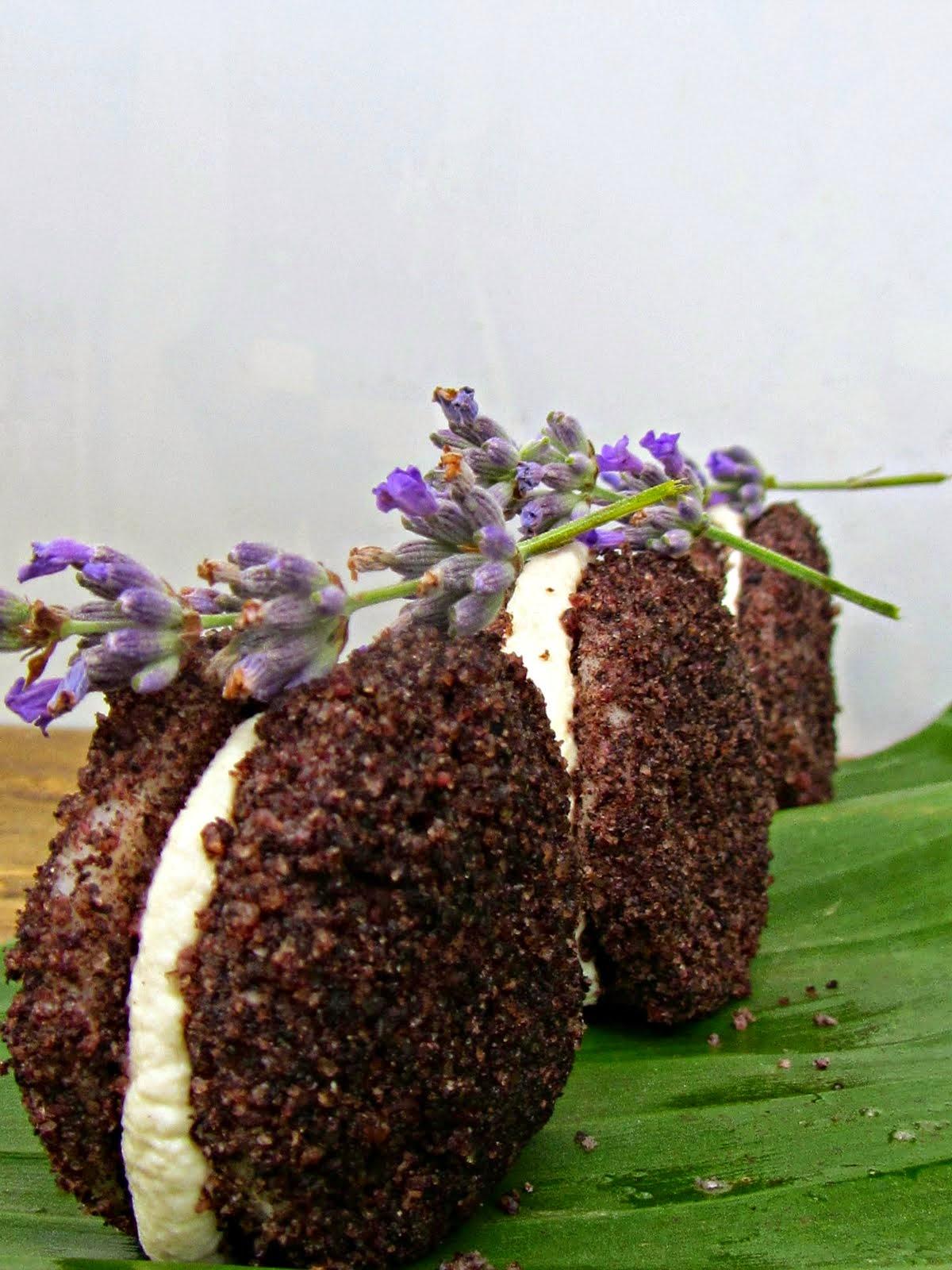 Oreo di polenta bianca, baccalà e polvere di olive nere