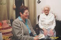 Burgemeester Leona Detiège feliciteert de honderdjarige Bertha Dewaele 1895-1997.