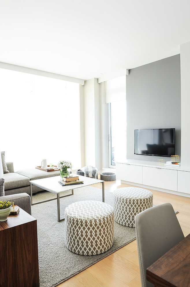 Una pizca de hogar c mo decorar en gris y madera for Casa con muebles blancos