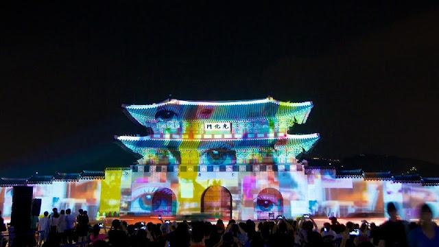 Puerta Gwanghwamun del palacio Gyeongbokgung iluminada con efectos visuales