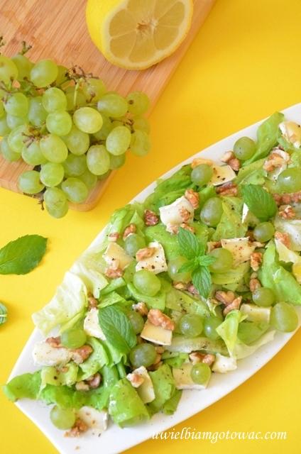 Sałatka z camembertem, winogronem i orzechami