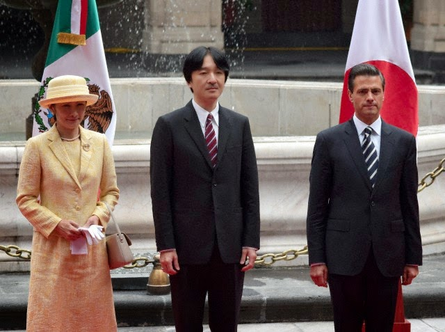 Japanese Prince Akishino (L) speaks with Mexican President Enrique Pena Nieto, during the welcoming ceremony at the National Palace in Mexico City