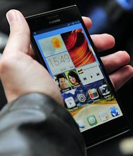 O smartphone Ascend P2, da Huawei, vem com conexão à internet 4G (Foto: Josep Lago/AFP)