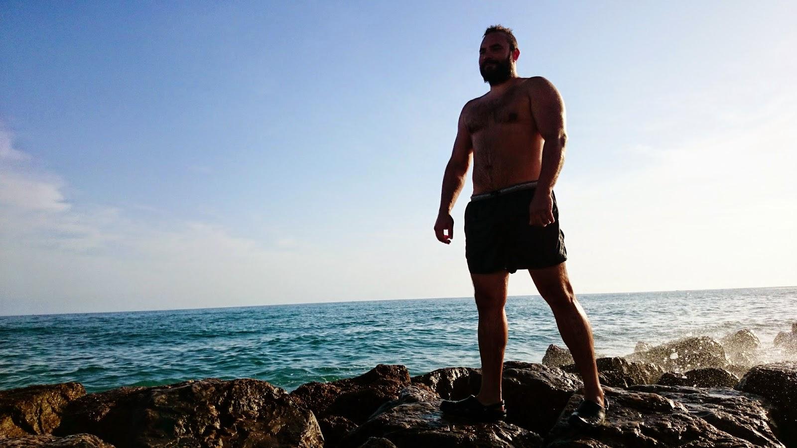 facet na skałach,skały,woda,artystyczne zdjęcia,kolor morza,jak ująć morze i skały,sylwetka na tle wody