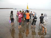 Naik Perahu Di Pantai Teluk Penyu