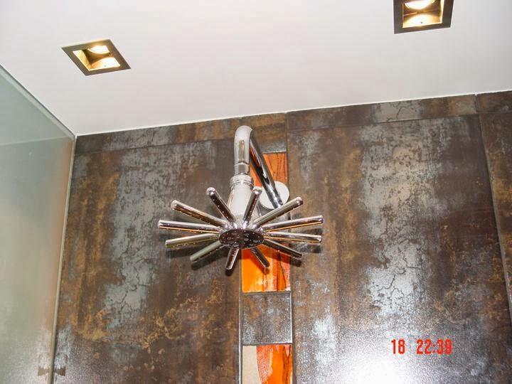 Баня с вграден душ и стъклен умивалник и стена 1