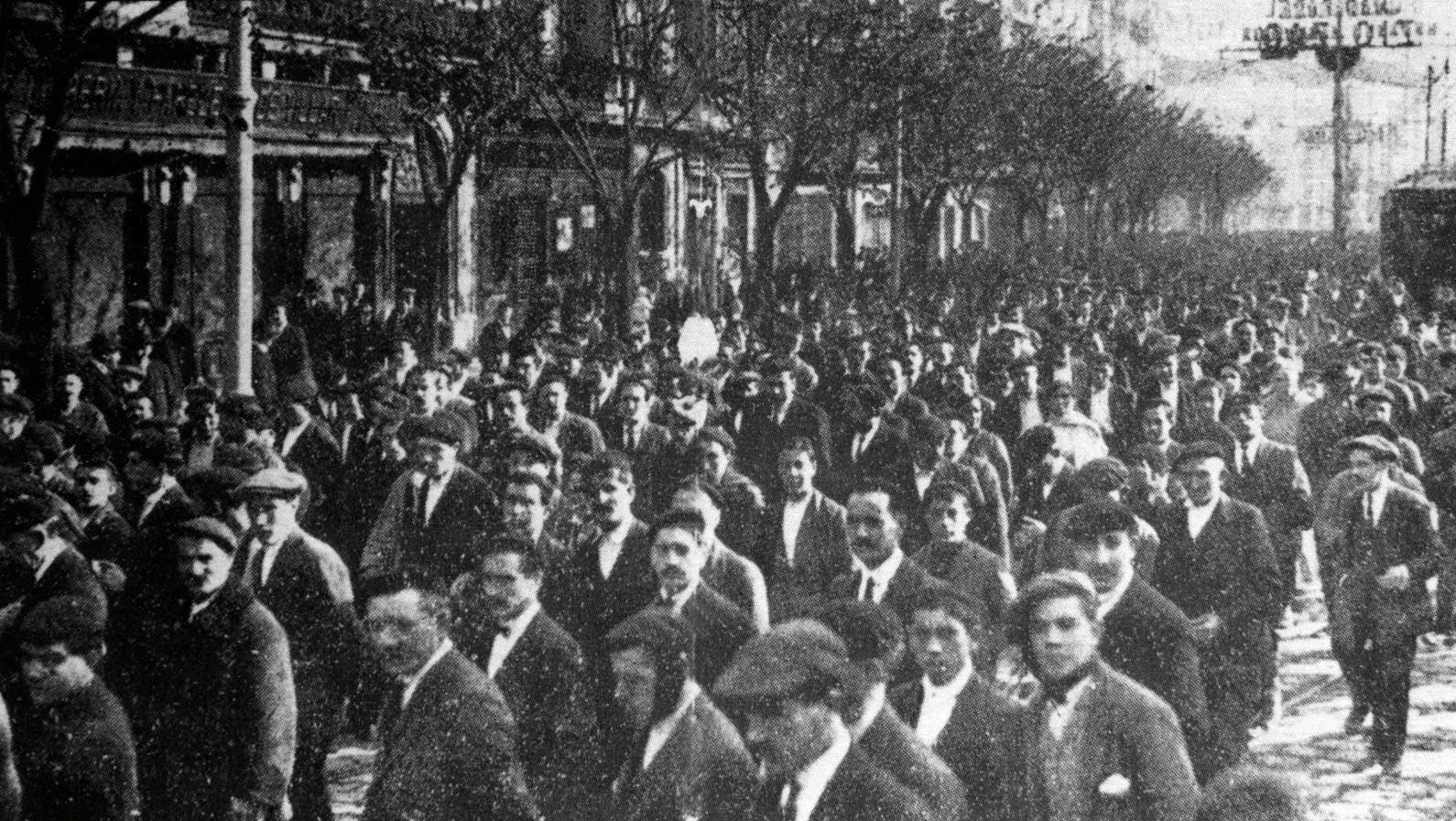 """Recordando a La Canadiense: la huelga que nos trajo la jornada de ocho horas  """"Con el fin de obligar a las clases dominantes a aquellos cambios fundamentales del sistema que garanticen al pueblo el mínimo de condiciones decorosas de vida y de desarrollo de sus actividades emancipadoras, se impone que el proletariado español emplee la huelga general, sin plazo definido de terminación, como el arma más poderosa que posee para reivindicar sus derechos"""".  Manifiesto de CNT llamando a la huelga de marzo de 1917.  Uno de los mejores ejemplos de lucha a través de la huelga lo podemos obtener de La huelga de La Canadiense en 1919, que obligó al Gobierno a conceder la jornada de ocho horas en el Estado español. Todo empezó a finales de enero de 1919 en la empresa Riegos y Fuerza del Ebro, S.A., empresa asociada a la Barcelona Traction Light and Power, llamada La Canadiense, la mayor productora de energía europea.  El desencadenante de la huelga fue el despido de ocho trabajadores de la unidad de facturación, que habían intentado formar un sindicato ante el continuo empeoramiento de sus condiciones laborales. Al día siguiente, la unidad entera se declaró en huelga por el despido, lo que fue respondido por la empresa con 140 huelguistas despedid@s. En unos días, la huelga en solidaridad con l@s represaliad@s se extendió por toda la empresa y al poco tiempo el Sindicato Único de Agua, Gas y Electricidad de la CNT declaró la huelga a todo el sector y a las empresas asociadas a La Canadiense.  Esto provocó que toda Barcelona quedara paralizada, al afectar el paro a la electricidad, gas y el sector ferroviario. La respuesta del Estado fue la militarización de la generación y difusión de electricidad, pero la impericia de los militares, unida a los constantes sabotajes obreros mantuvo durante días la ciudad sin luz, extendiéndose los cortes a toda Catalunya. La patronal de la energía amenazó con despedir a l@s obrer@s que no se presentaran a su puesto de trabajo, pero en la difusió"""