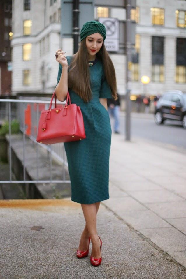 зеленое приталеное платье миди, изумрудное платъе футляр