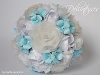 Bouquet em papel branco e azul claro
