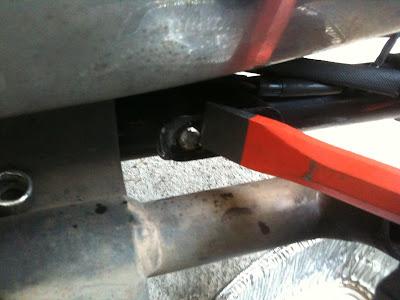 折れてネジ穴に残ったボルトの除去。ハーレー883