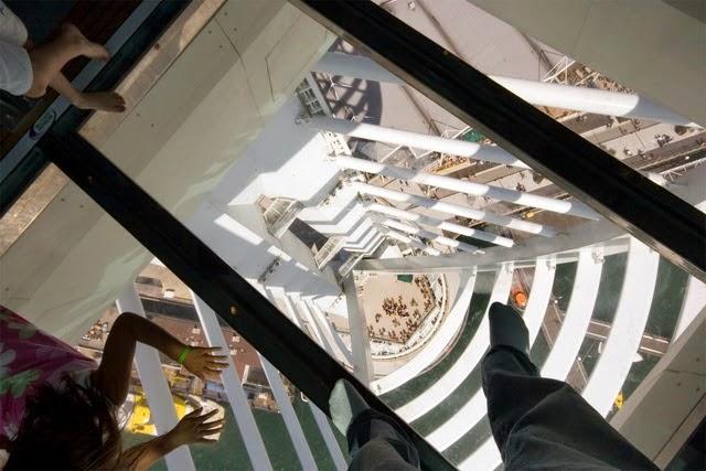 صور مرعبة للغاية لافراد من اعلى مبانى ناطحات سحاب