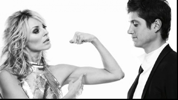 Donna mostra i muscoli al suo uomo