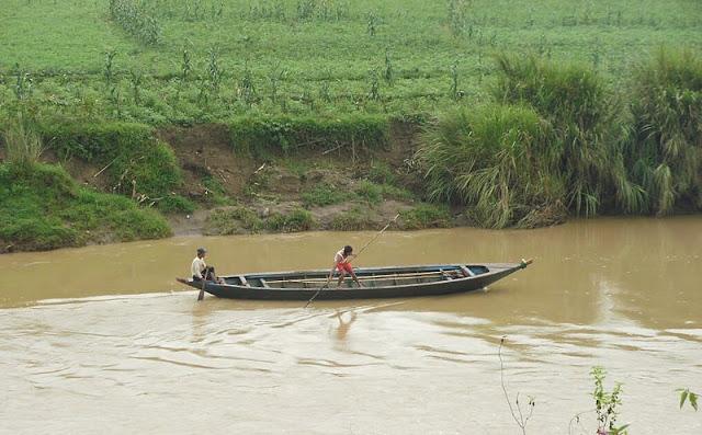 Gambar sampan di sungai