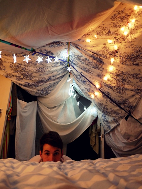 Eve wanted a wardrobe how to build a blanket fort - Coussin de chaise casa ...