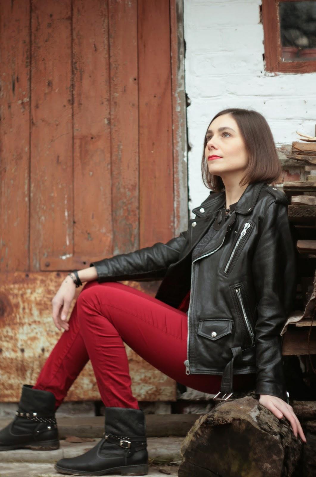 на модели, украшения, кожа, байкер стиль, рок стиль, колье из кожи, черный, красный