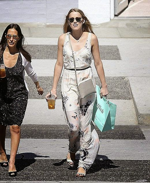Girl, you seriously look good in everything and Amber Heard was in Beverly Hills on Tuesday, August 28, 2014 with all her essentials except for one.