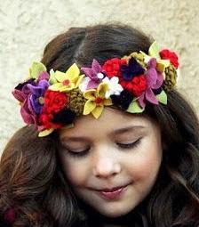 http://www.todomanualidades.net/2013/05/como-hacer-una-corona-de-flores-de-fieltro/