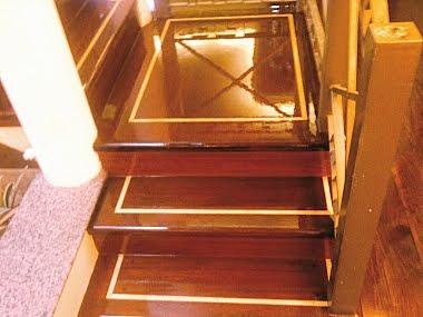 Escada feita com dois tipos de madeira