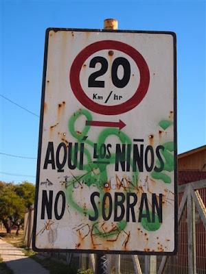 Señal de tráfico (Aquí los niños no sobran) (Los Vilos - Chile)
