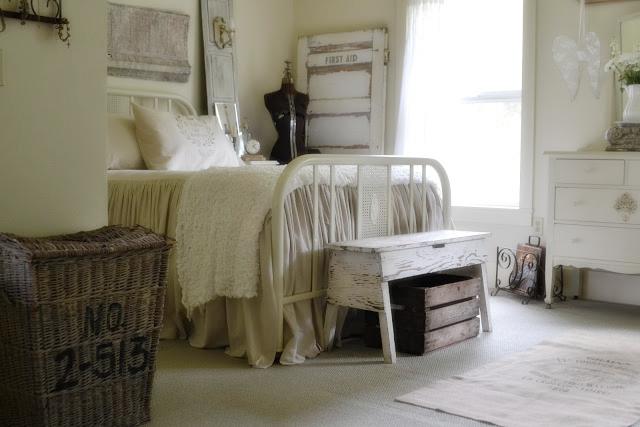 Dekoracyjne stare drzwi, drewniana ławka shabby chic, wiejska sypialnia