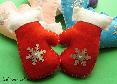 новогодние игрушки варежки своими руками сшиты из фетра