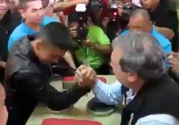 (VIDEO) Sultan Johor Gusti Lengan Dengan Anakanda, Memang Sempoilah!!