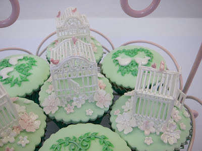 Bird cage cupcake