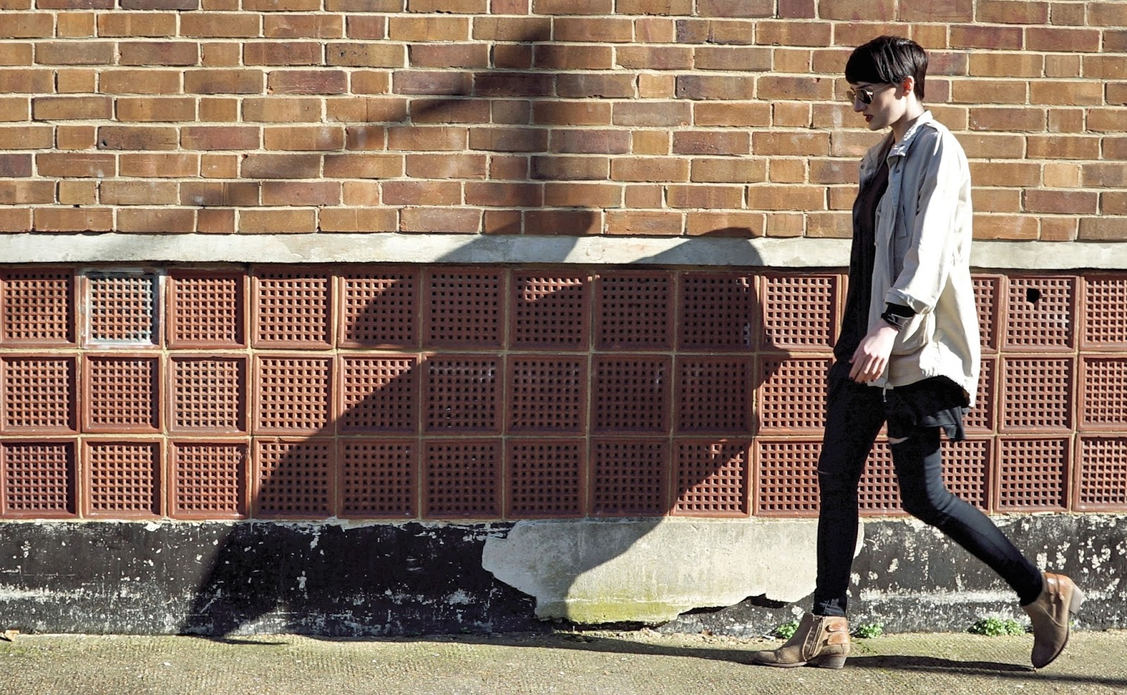 4ºC a l'ombre Outfit London Monkie jacket, Primark slim jeans, Hudson boots, Rayban sunglasses, Brandy Melville t-shirt lexieblush.com