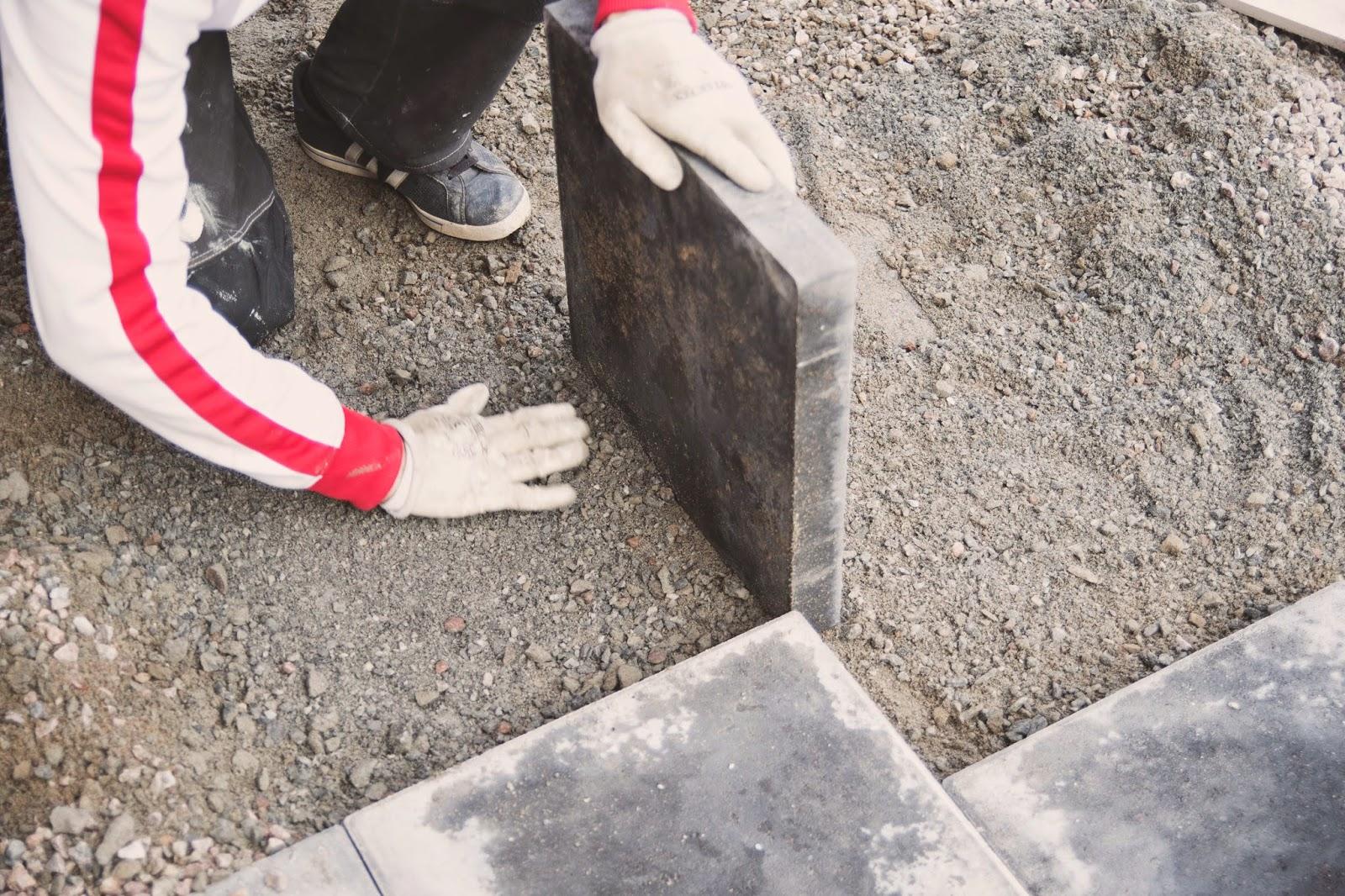 lägga plattor, betong, betongplattor, antracit, trädgårdsgång, gårdsgrus, anlägga trädgård, stenläggning,