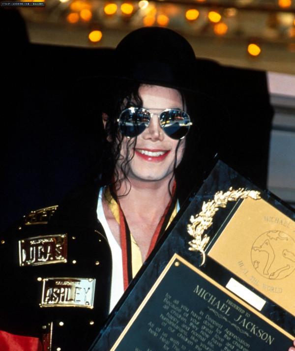 Em 19 de maio de 1993, Michael Jackson recebeu o Prêmio Lifetime primeira do Museu do Guinness World Records em Los Angeles. Mj+la+a2