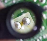 observando el defecto en la soldadura mediante una lente de aumento