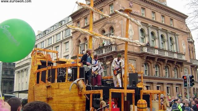 El barco roquero en el desfile del Día de San Patricio