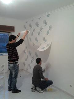 Aplicar cola para papel de parede