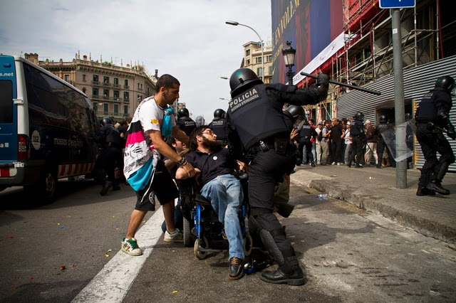 Policía a periodista: A que te meto una ostia. - Página 2 15M+carga+policial+plaza+de+Catalu%25C3%25B1a+minusvalido