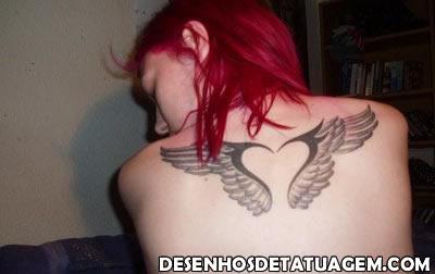 Tatuagem de asa nas costas usando formato de coracao