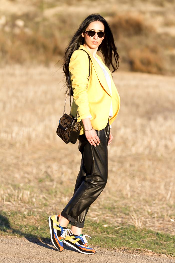 Blogger de moda valenciana estilo femenino con prendas de cuero y piel