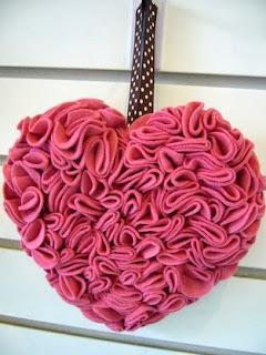 http://www.todomanualidades.net/2013/02/como-hacer-un-corazon-gigante-para-san-valentin/