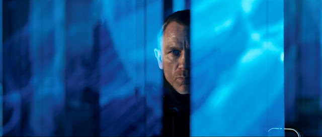 007 Skyfall - James Bond - grattacieli e insegne luminose