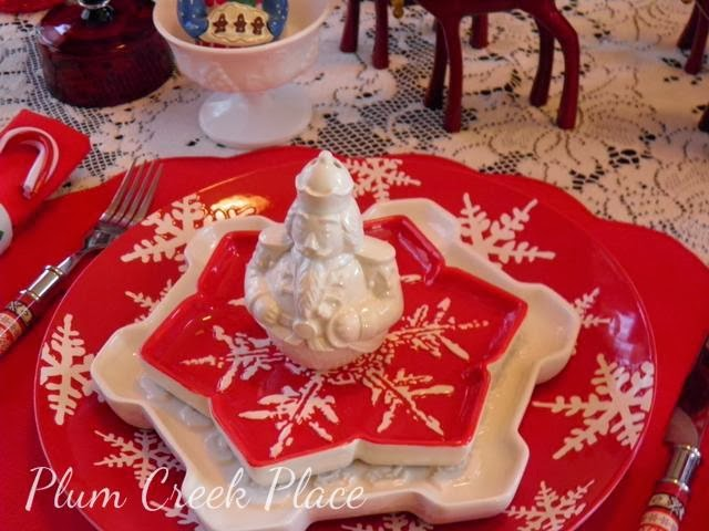 red and white snowflake Christmas plates, tablescape