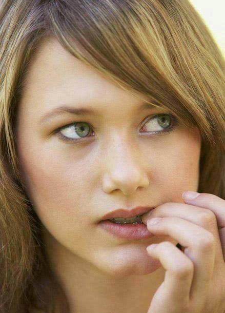 كيفية التخلص من عادة قضم الأظافر... وطرق علاجها - فتاة بنت امرأة تقضم اظافرها تضع اصبعها فى فمها