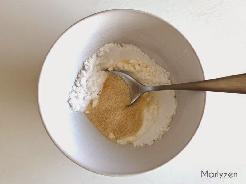 Mélangez le sucre glace avec le sucre vanillé.