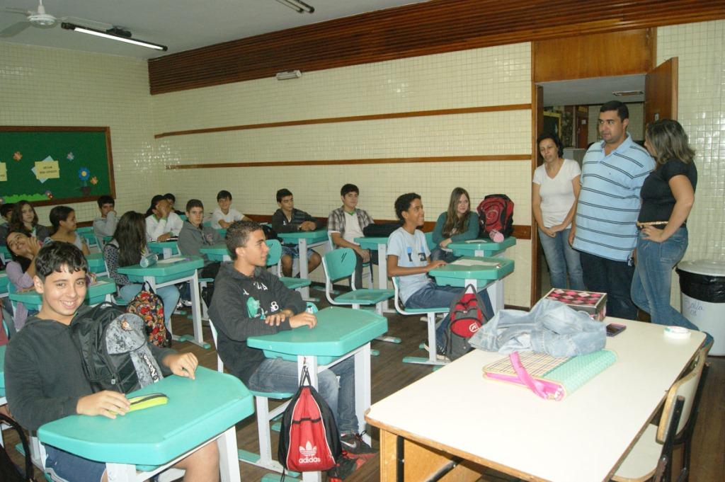 No Ginda Bloch, o Secretário Leonardo visita as salas de aula e conversa com os alunos