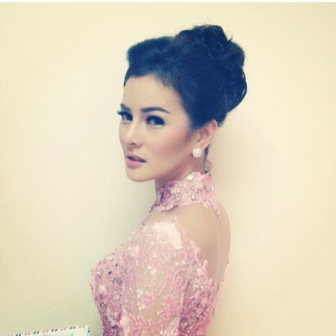 Astrid Tiar Artis Indonesia Memakai gaun