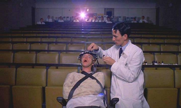 Scen från Clockwork Orange när Alex genomgår hjärntvätt