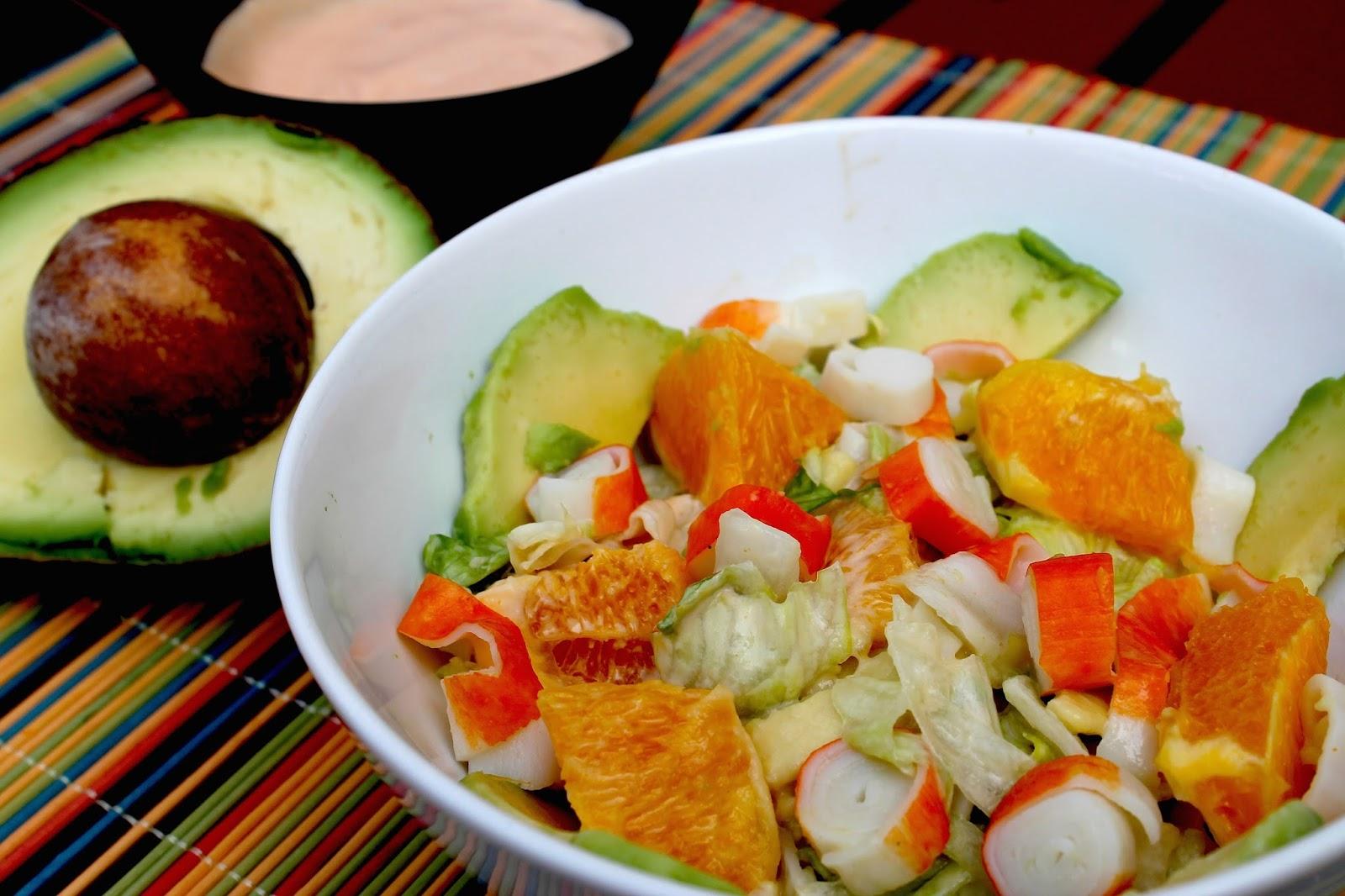 ensalada tropical de aguacate y naranja con salsa rosa sin lactosa