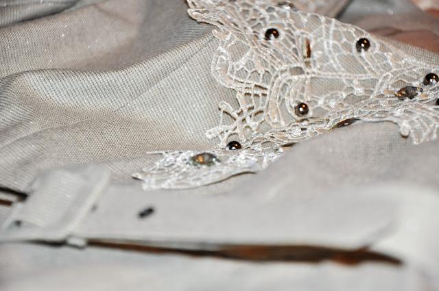 бежевое строгое платье с кружевной отделкой