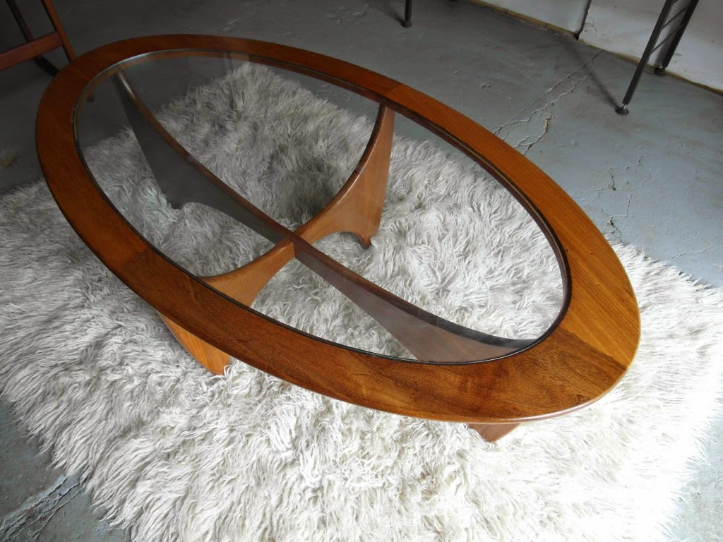 25 elegant oval coffee table designs made of glass and wood for Glass coffee table with wood