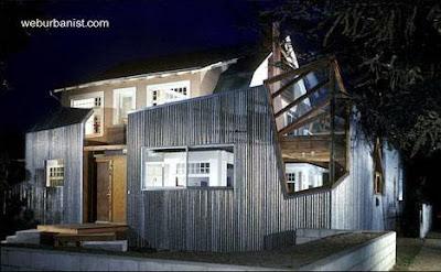 Casa Gehry en Santa Mónica, California, vista de noche