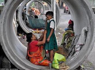 ΙΝΔΙΑ άστεγη μητέρα ετοιμάζει...