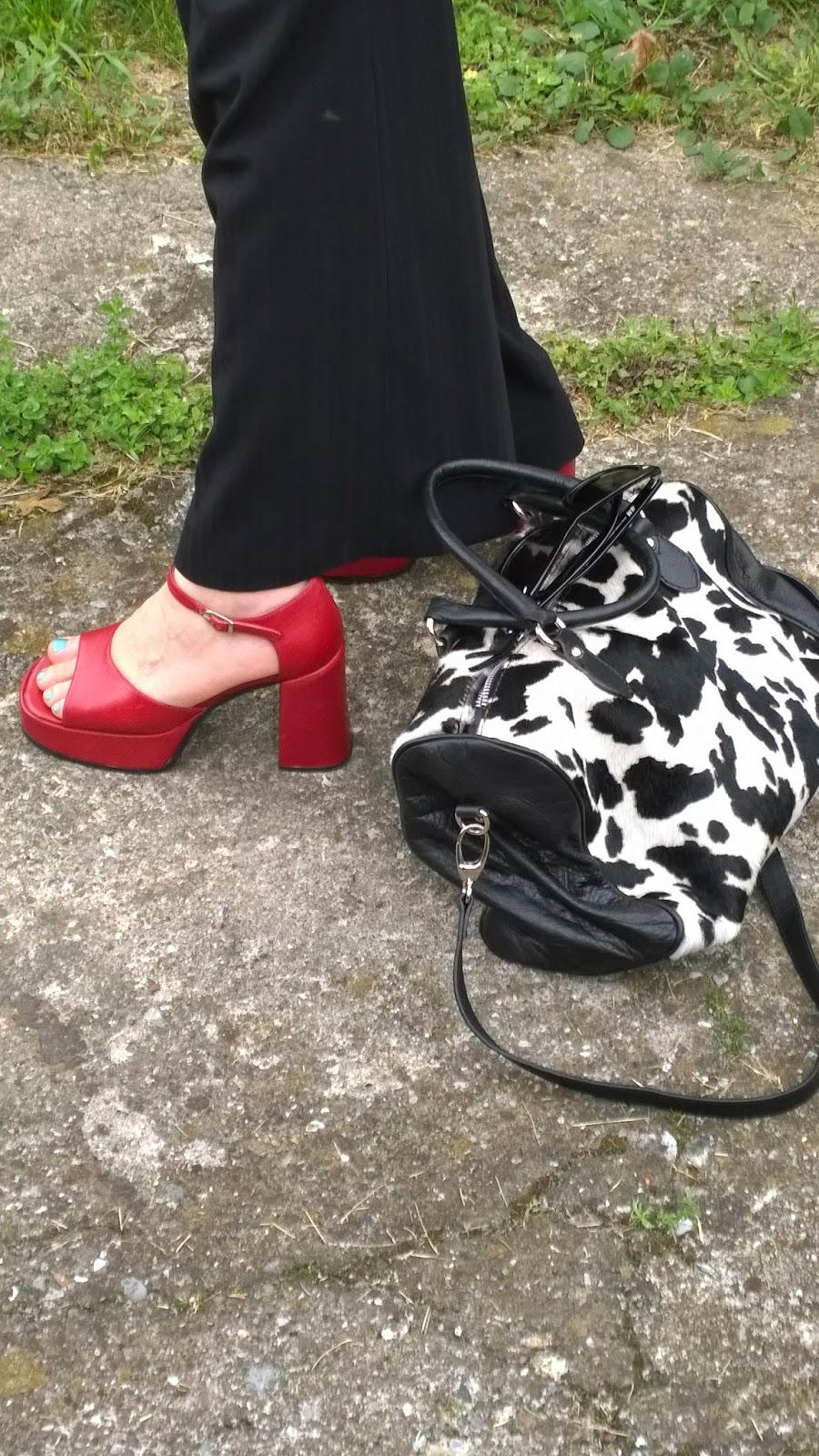 Scarpe rosse e borsa stampa animalier